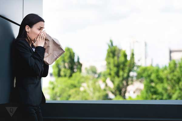 Девушка дышит в пакет для успокоения