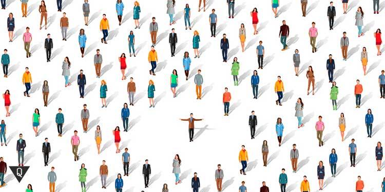 Изображение одинокого человека в толпе
