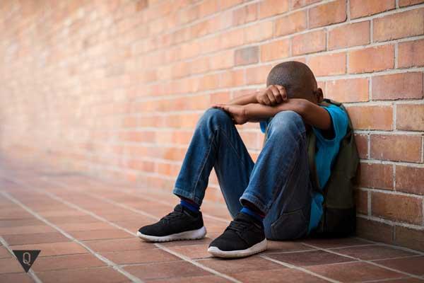 Темнокожий мальчик плачет в одиночестве