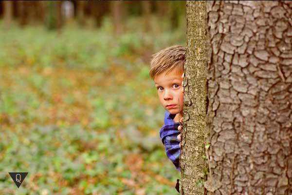 Мальчик в страхе выглядывает из-за угла
