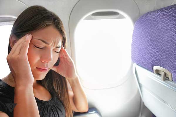 У девушки фобия, она боится летать на самолете