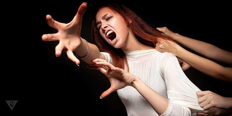 Девушка убегает от хватающих её рук