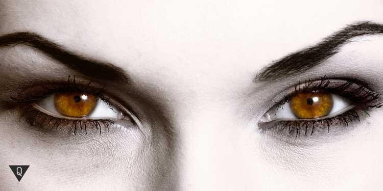 Накрашенные глаза женщины
