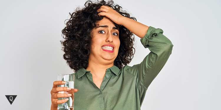 Девушка со стаканом воды в ужасе