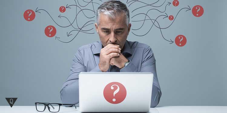 Мужчина с вопросами смотрит на компьютер