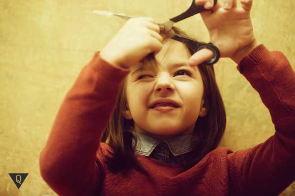 Девочка стрижет волосы