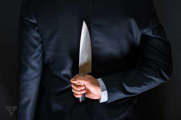 Мужчина с ножом за спиной