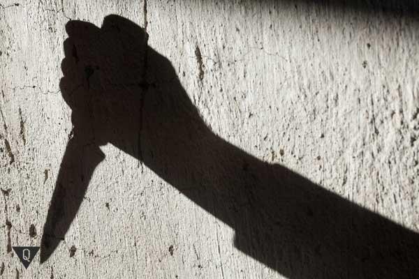 Тень руки с ножом