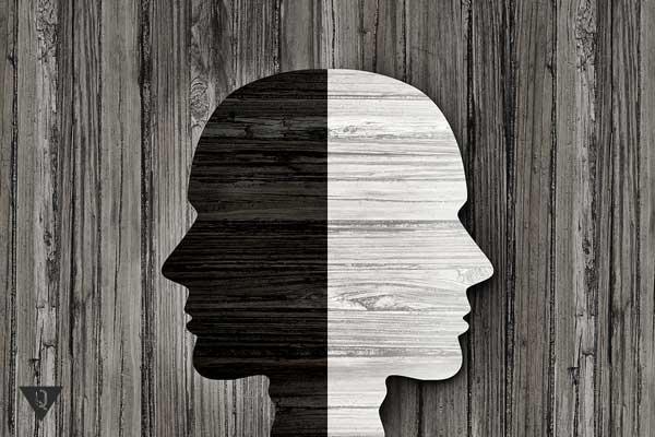 Лицо на заборе, одна половина белая, другая черная