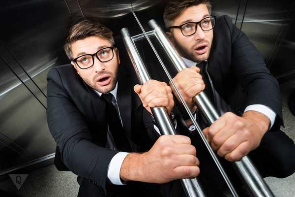 Мужчина в лифте боится, у него клаустрофобия