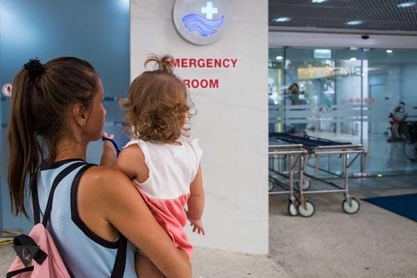Девушка с ребенком на входе в поликлинику