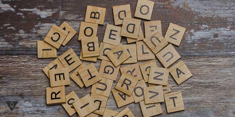 Деревянные буквы на столе