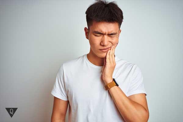 У мужчины болит зуб