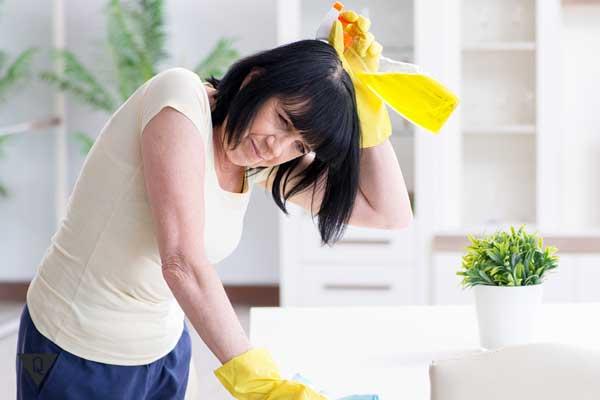 Женщина убирается в перчатках