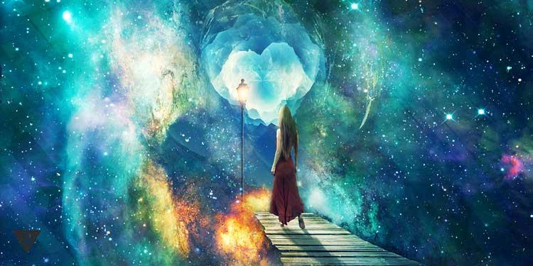 Девушка стоит перед бесконечностью