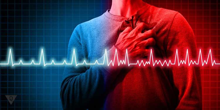 Кардиограмма на фоне мужчины который держится за сердце
