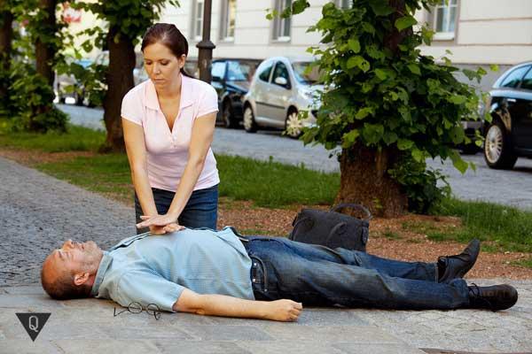 Женщина делает массаж сердца мужчине