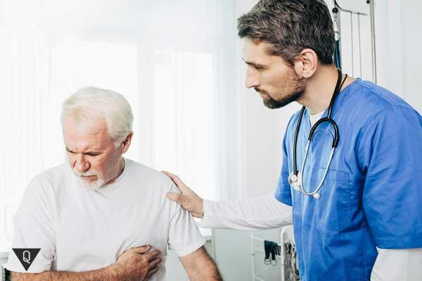 Мужчина жалуется доктору на сердце