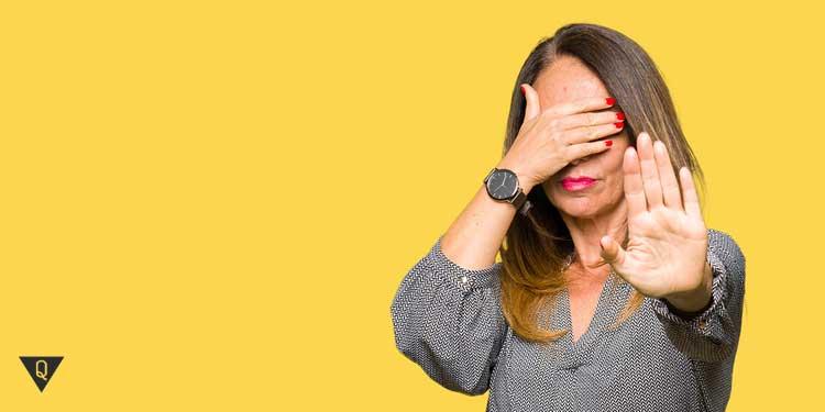 Женщина закрывает глаза