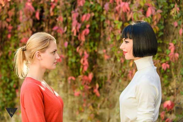 Две девушки смотрят друг на друга