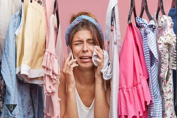 Девушка не может выбрать одежду и плачет
