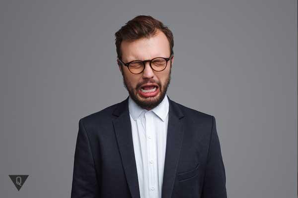 Мужчина в костюме плачет