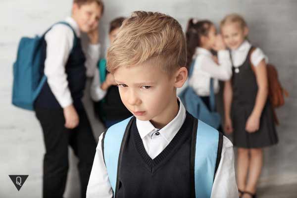 Над школьником смеются однокласники