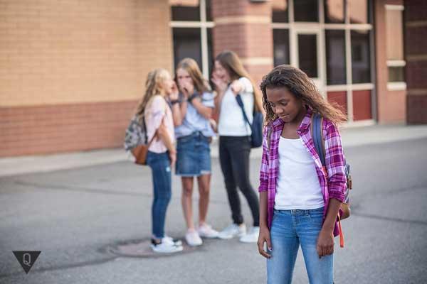 Над афро-американской девочкой смеются