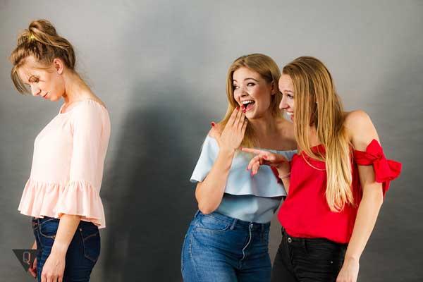 Две подруги смеются над девушкой