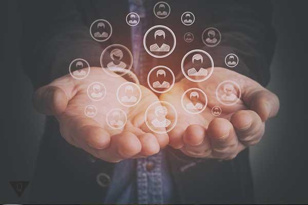 Человек держит в руках интерактивные изображения людей
