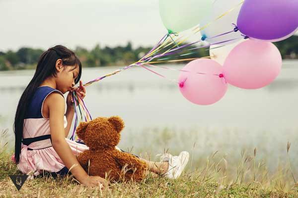 Девочка держит воздушные шарики