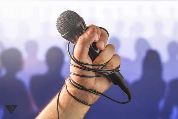Микрофон в руке человека