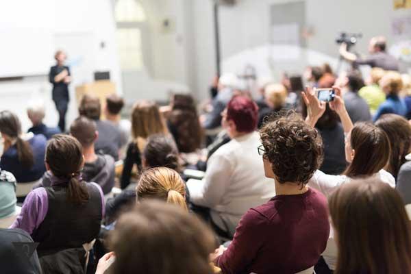 Студенты в аудитории перед преподавателем