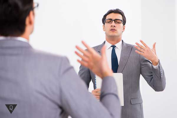 Мужчина репетирует речь