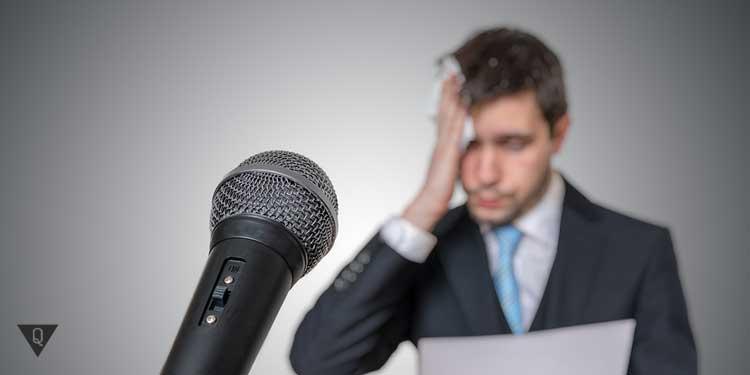 Мужчина вытирает пот от страха около микрофона