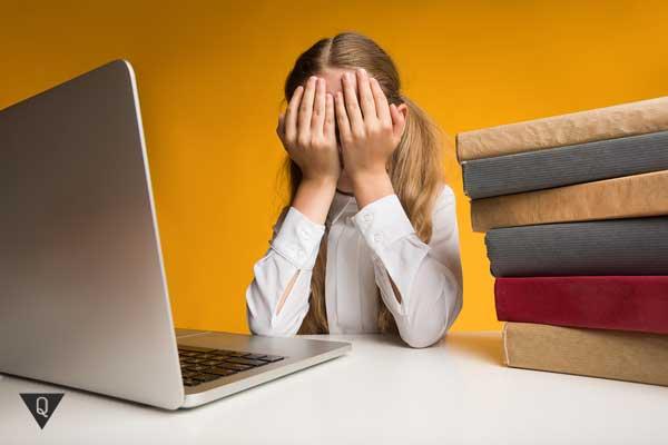 Девочка плачет за уроками