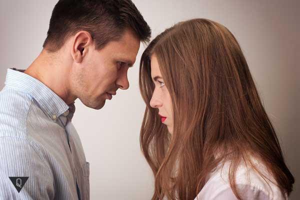 Муж с женой смотрят друг на друга злым взглядом