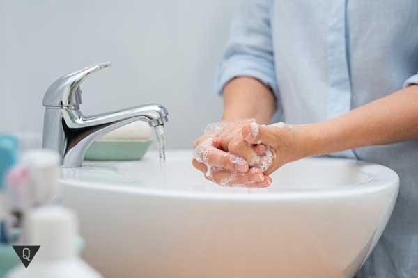 Девушка моет руки с мылом
