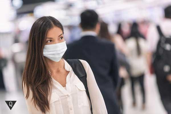 Девушка в одноразовой медицинской маске