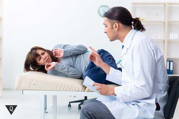 Девушка боится лежа на кушетке у врача