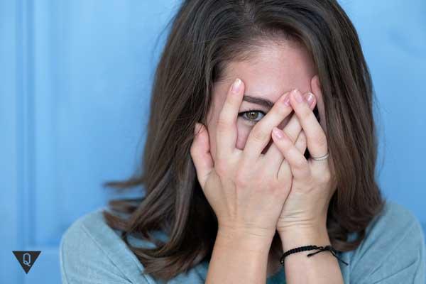 девушка закрывает глаза от страха