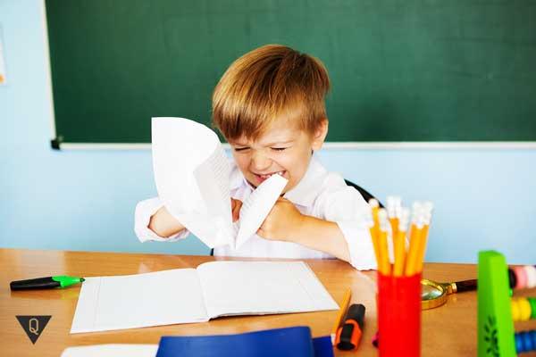 Ребенок в школе плачет