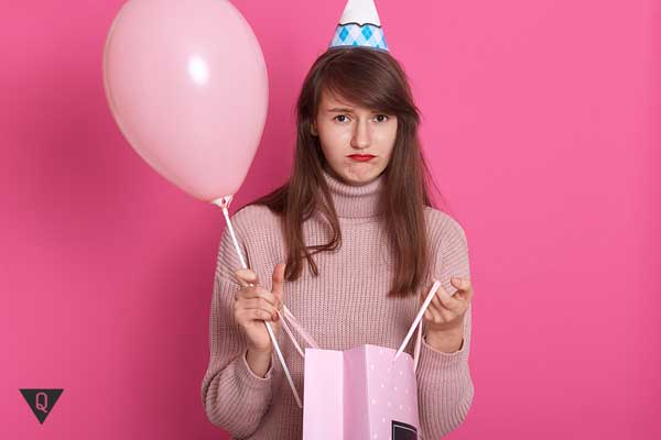 Девушка в розовом не довольна подарком
