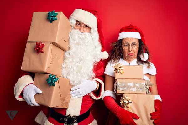 Мужчина и женщина с новогодними подарками