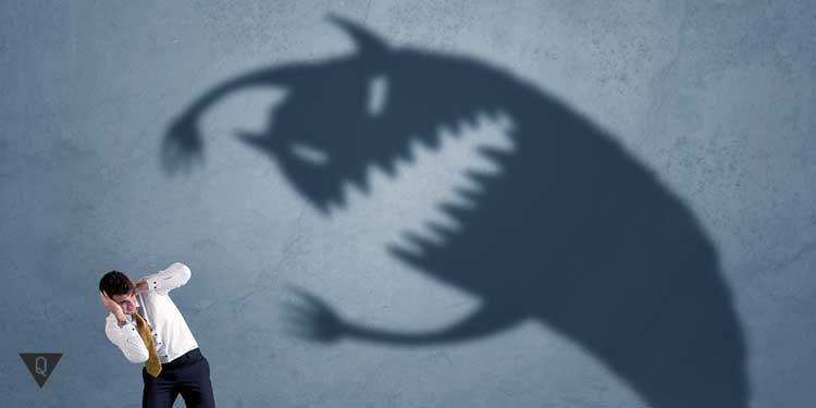 Мужчину пугает монстр в виде тени