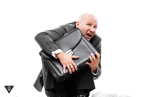 Мужчина с чемоданом боится работы