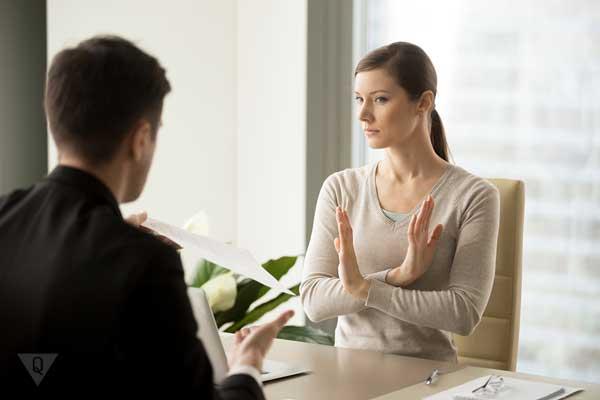 Женщина в офисе отказывается расписываться