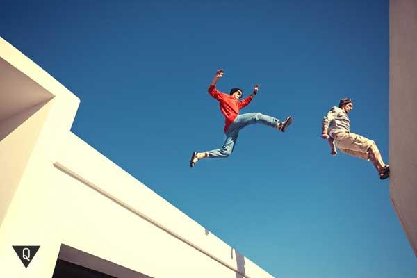 Парни прыгают по крышам