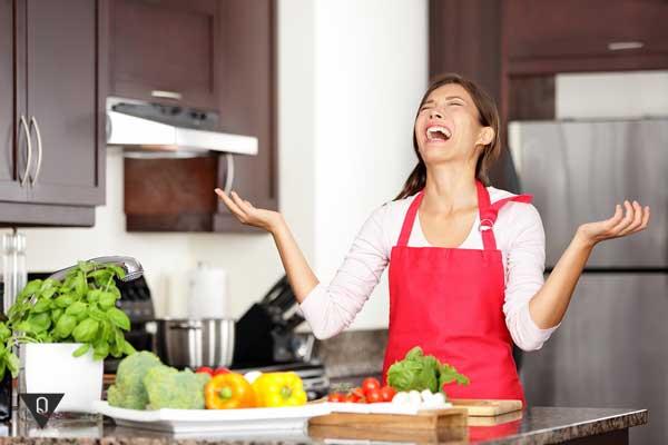 Девушка плачет на кухне