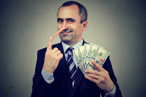Мужчина с длинным носом и деньгами в руках